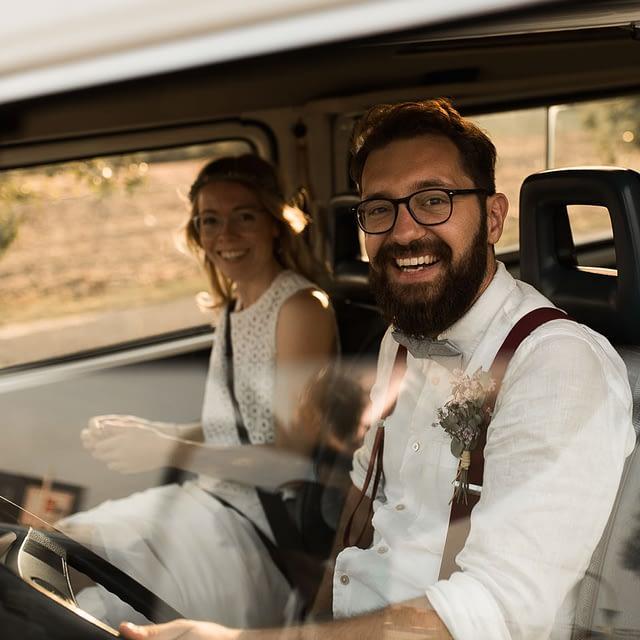 Camper Hochzeit mit glücklichen Brautpaar in VW Bully Hochzeitsauto und dieses Auto auch zur Übernachtung nutzen