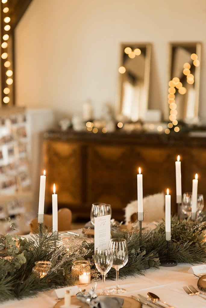 König Karl Saal im Gasthaus Einkorn bei Hochzeit in Schwäbisch Hall mit Tischdeko Kerzen auf den Tischen und Lichterketten