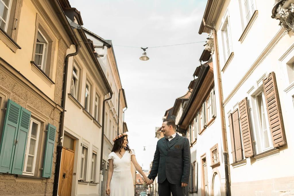 Brautpaar in Gasse in der Altstadt vor Hochzeit Standesamt Bamberg