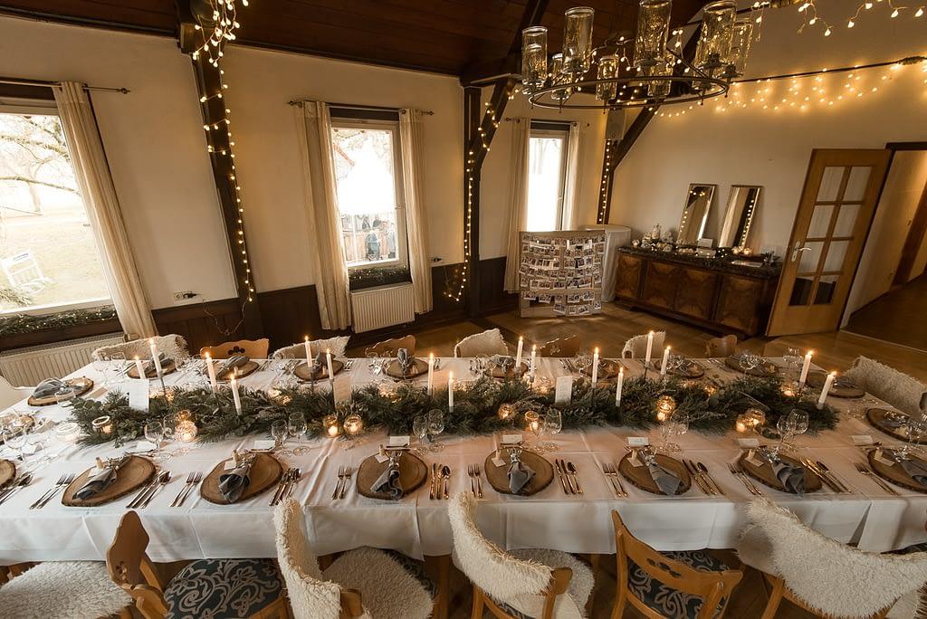 Hochzeit Tischdeko im Gasthaus Einkorn bei Hochzeit in Schwäbisch Hall mit Tischdeko Kerzen auf den Tischen und Lichterketten im Winter im König Karl Saal