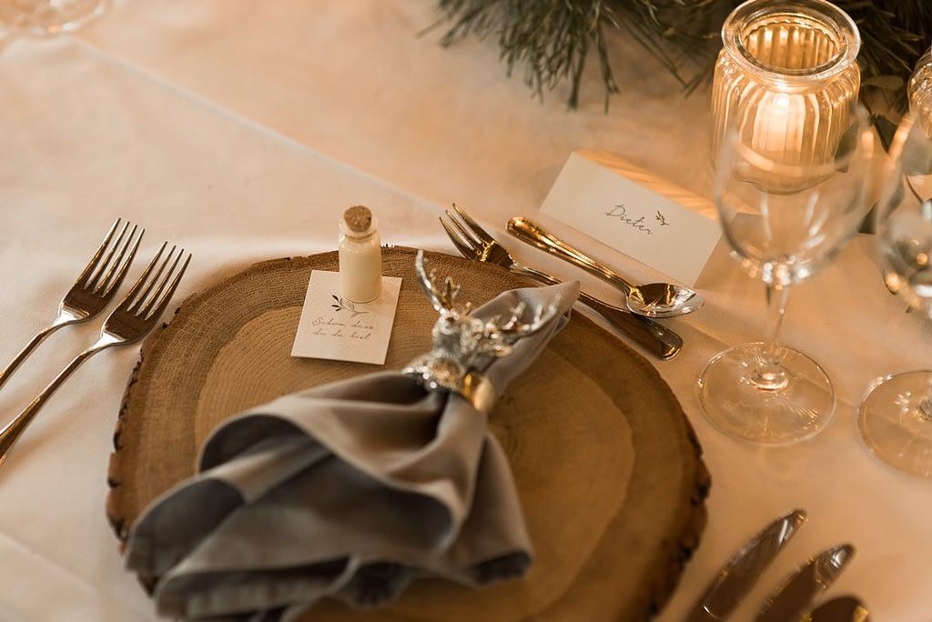 Hochzeit Tischdeko im Gasthaus Einkorn bei Hochzeit in Schwäbisch Hall mit Tischdeko Kerzen auf den Tischen und Lichterketten im Winter