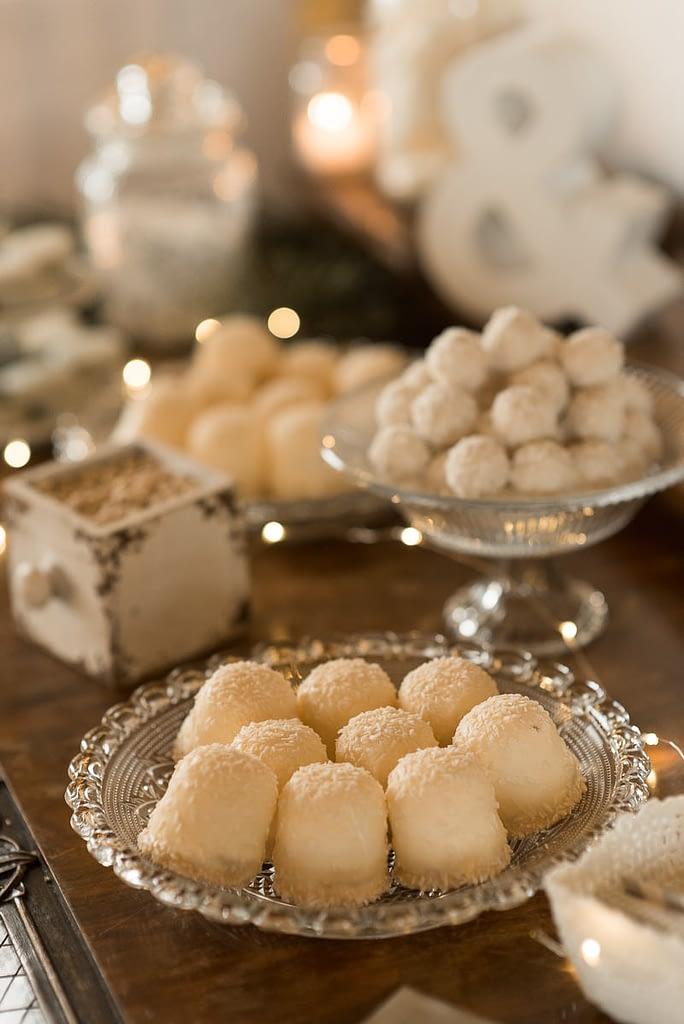 Weiße Schokoküsse mit Raffaelo für Candybar auf Hochzeit im Winter