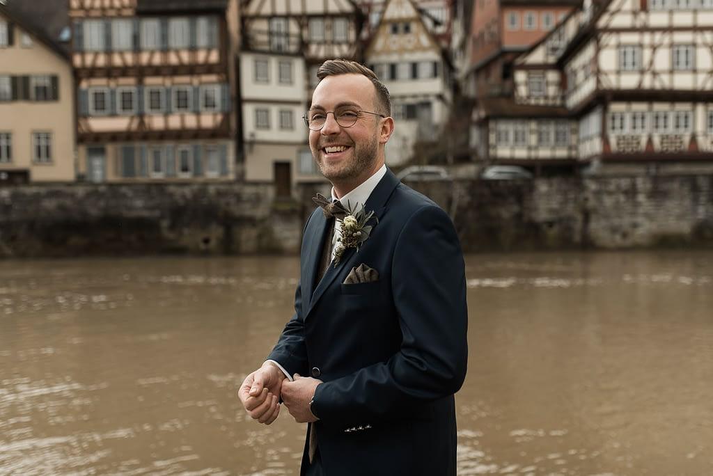 Bräutigam steht am Kocher in Schwäbisch Hall vor Hochzeit