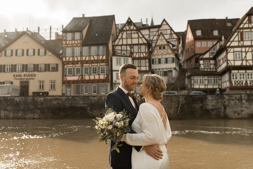 Hochzeit im Winter am Fluss Kocher mit Brautpaar