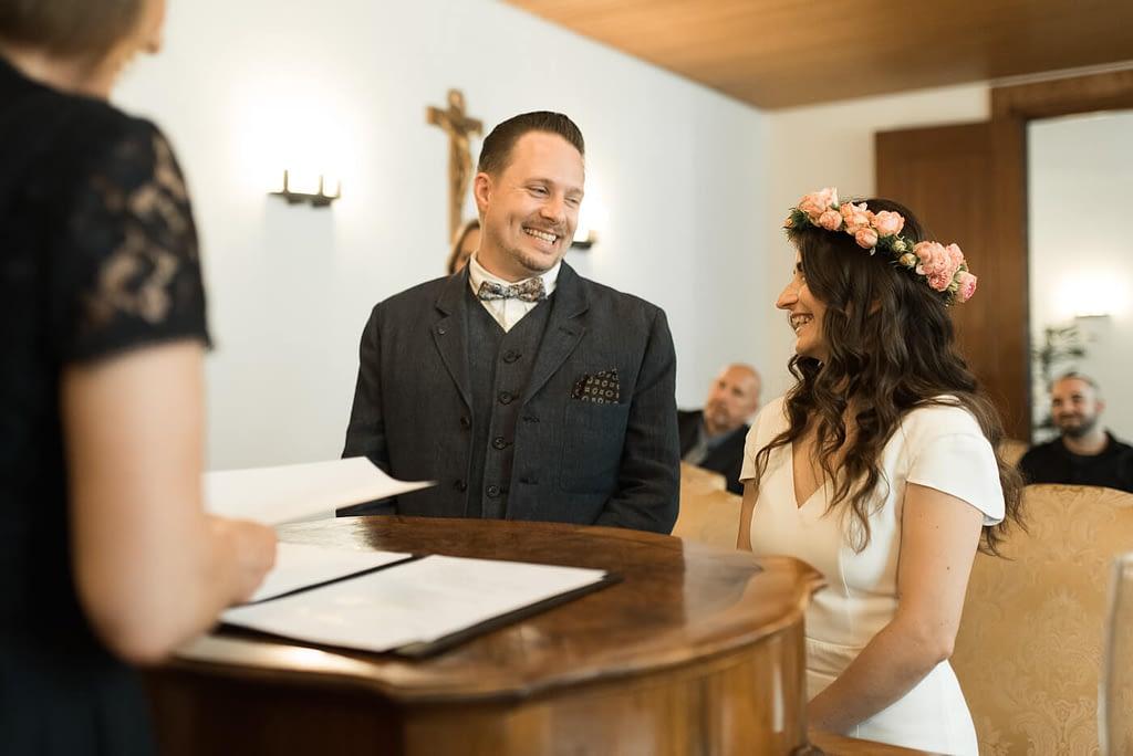Hochzeit Standesamt Bamberg mit Brautpaar das sich bei standesamtlicher Trauung in Trausaal