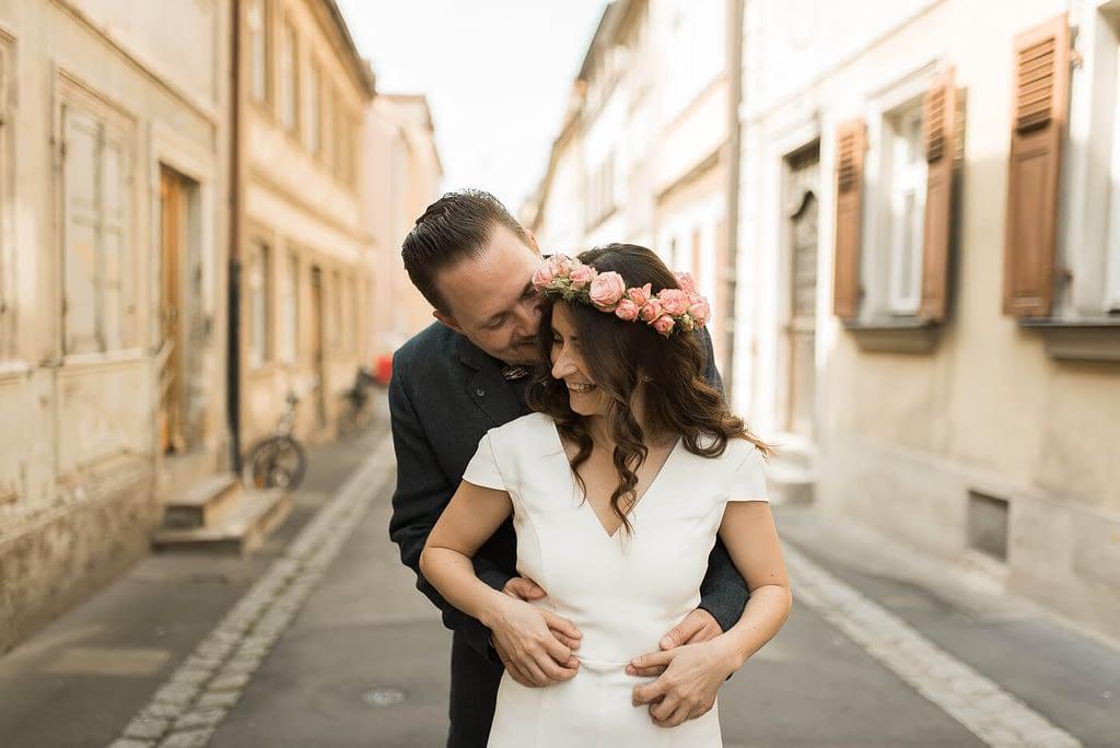 Brautpaar in Bamberg Altstadt Gasse vor Hochzeit