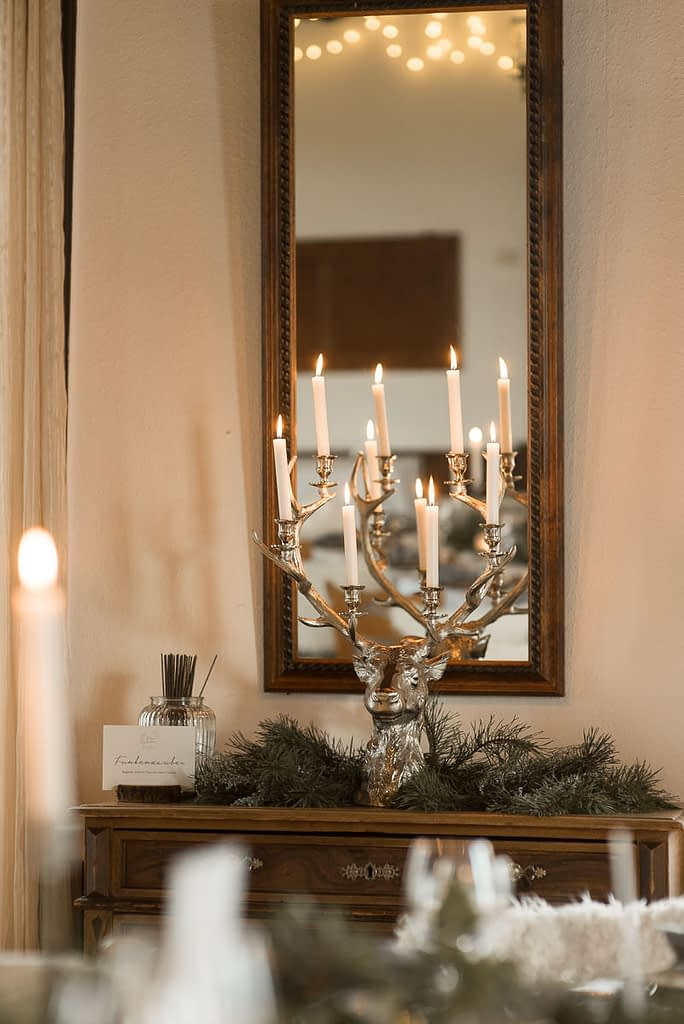 König Karl Saal im Gasthaus Einkorn bei Hochzeit in Schwäbisch Hall mit Tischdeko und Lichterketten