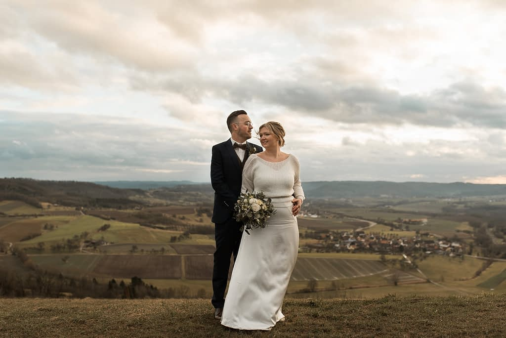 Hochzeit Shooting Einkorn im Winter auf dem Einkorn bei Schwäbisch Hall mit Ausblick über Hohenlohe