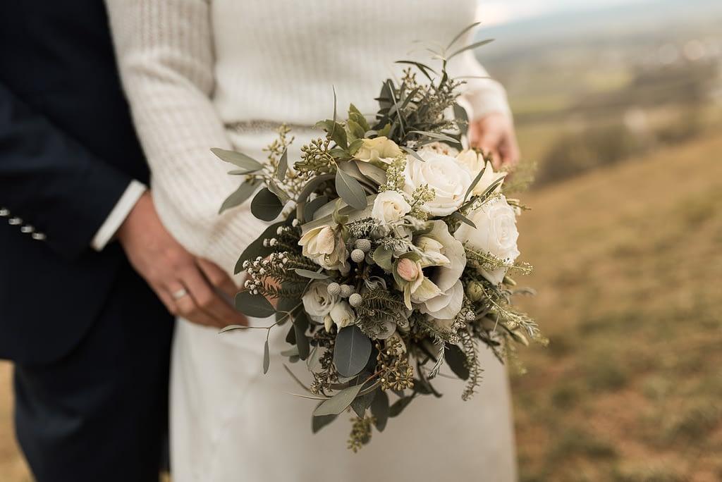 Blumenstrauß für Winterhochzeit mit Eukalyptus und weißen Blumen